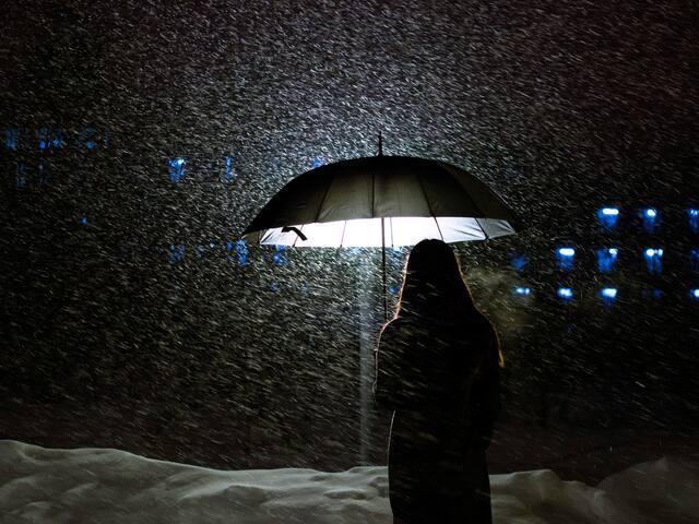 我可以一個人打傘,一個人走遠.圖片