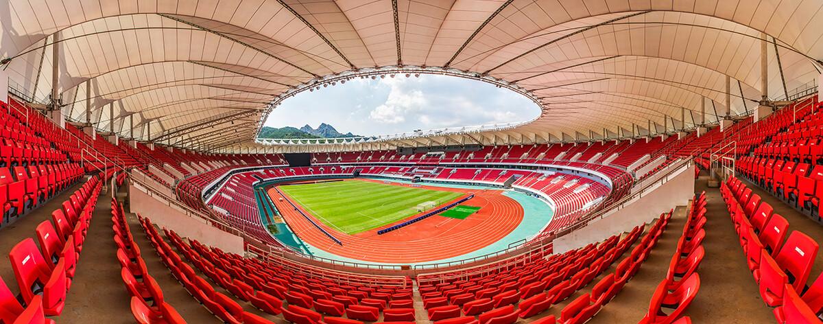 青岛的国信体育场,其内部设计风格令人叹为观止.