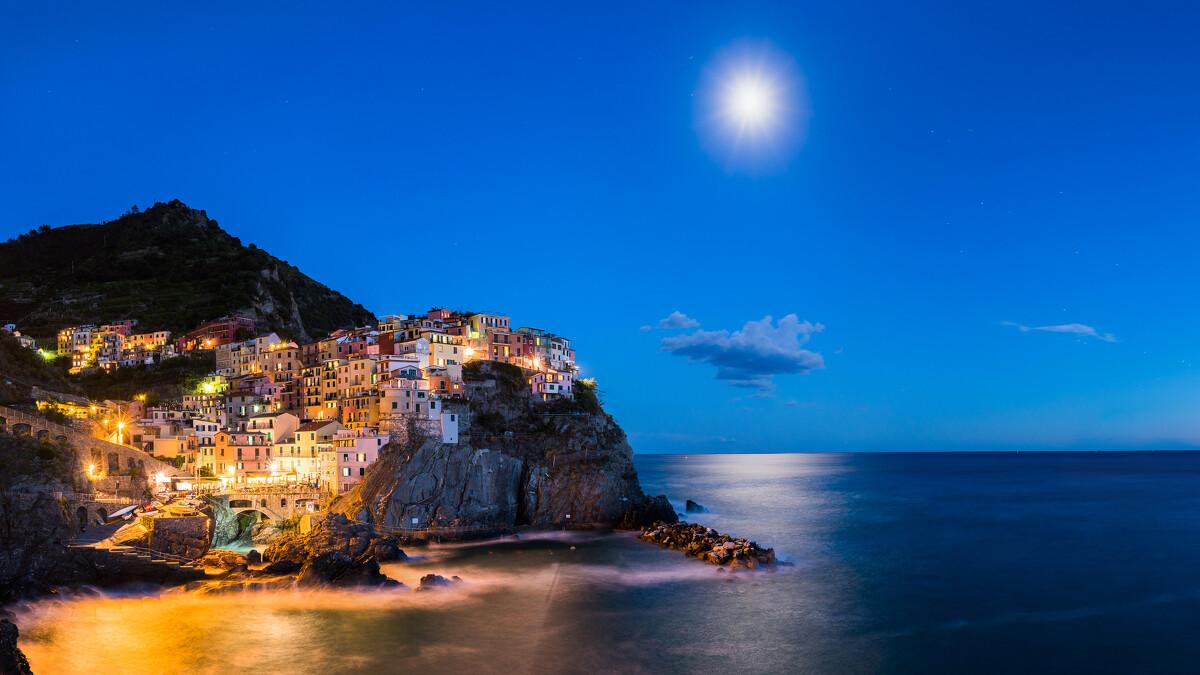 意大利�9��9櫺g�_意大利五渔村之一的manarola,在月光的照射下,感受五彩斑斓的美丽渔村