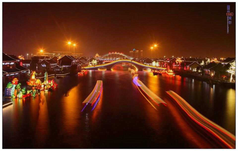 唐山市�zn/ycc�/&_惠丰湖夜景惠丰湖位于河北省唐山市.