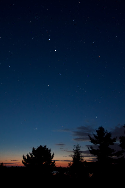 静谧夜空中的北斗七星高清图片