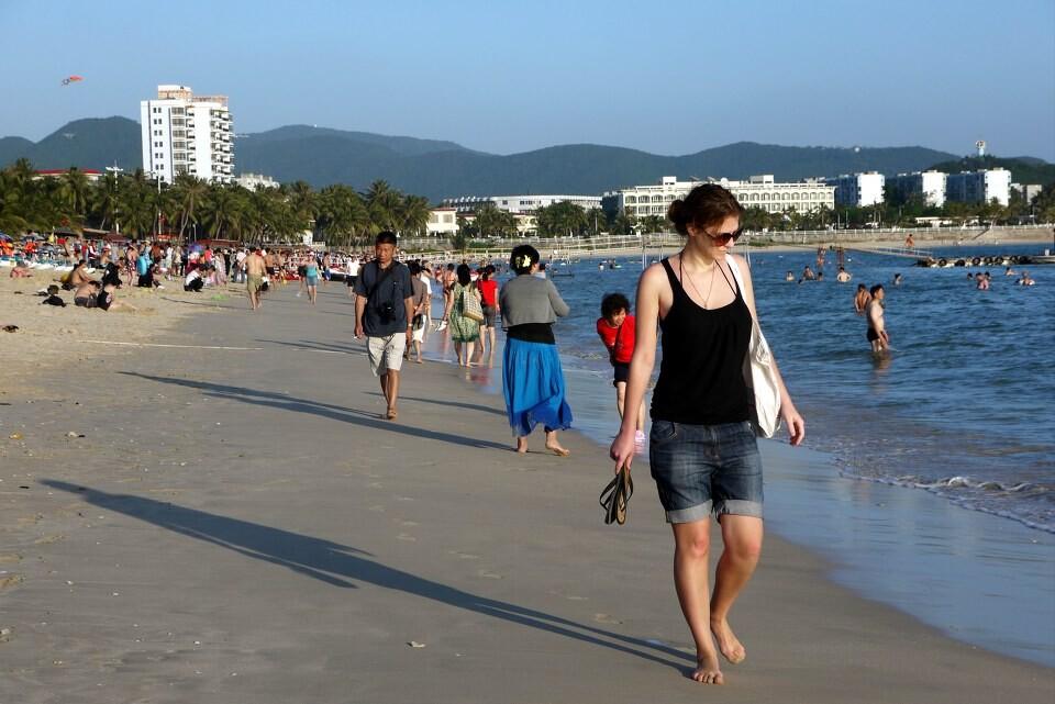 三亚的海滩随处可见漂亮的俄罗斯美女