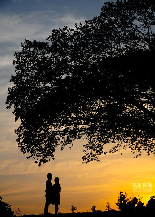 温暖拍于南京中央体育公园,夕阳下,情侣拥抱在一起享受那份美丽的时光