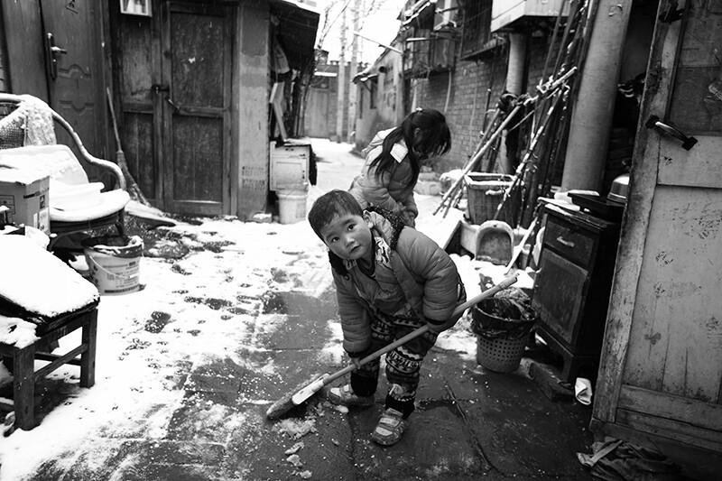院外扫雪的孩子-sramX9 北京街拍纪实小组图片