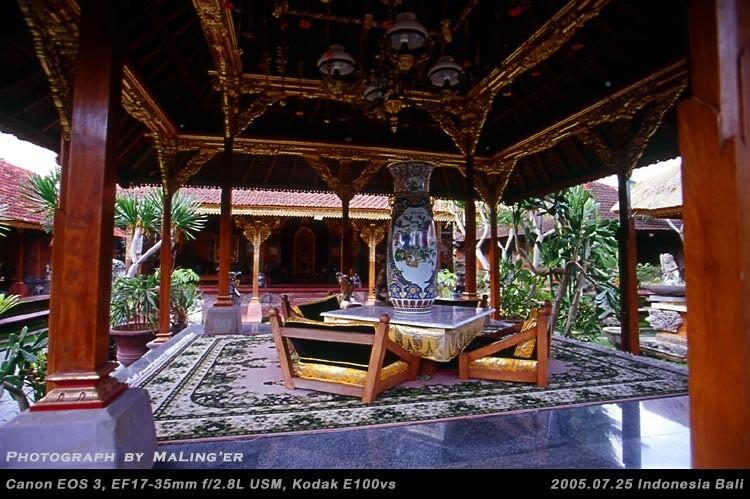 皇宫内的建筑大多小巧紧凑,仿佛微缩景观,远没有想象中皇家宫殿的