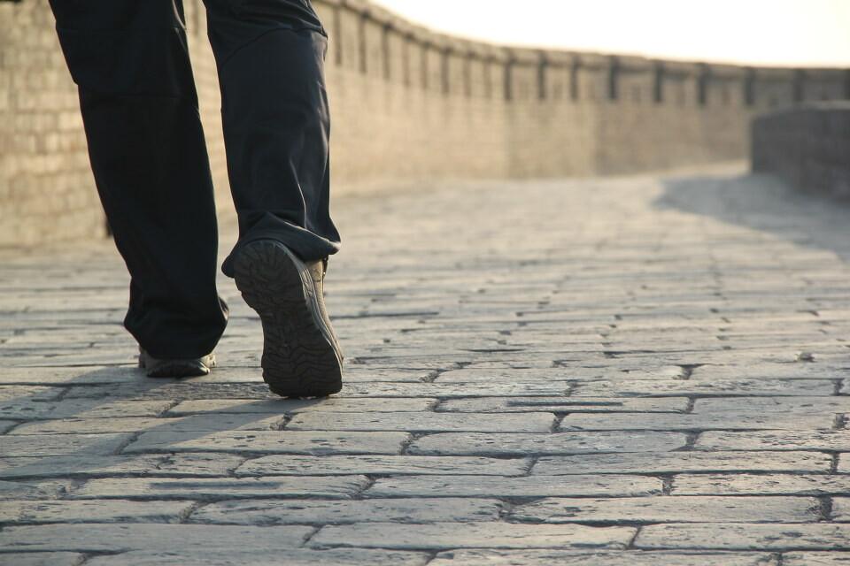 一个人走在路上的图片动漫_一个人走在路上的图片动漫图片