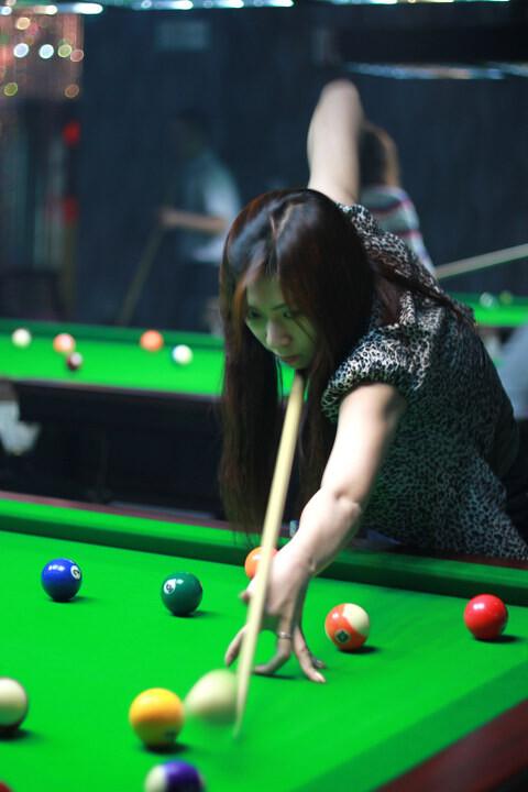 美女打球瞬间北京石景山业余爱好者的台球比赛 br