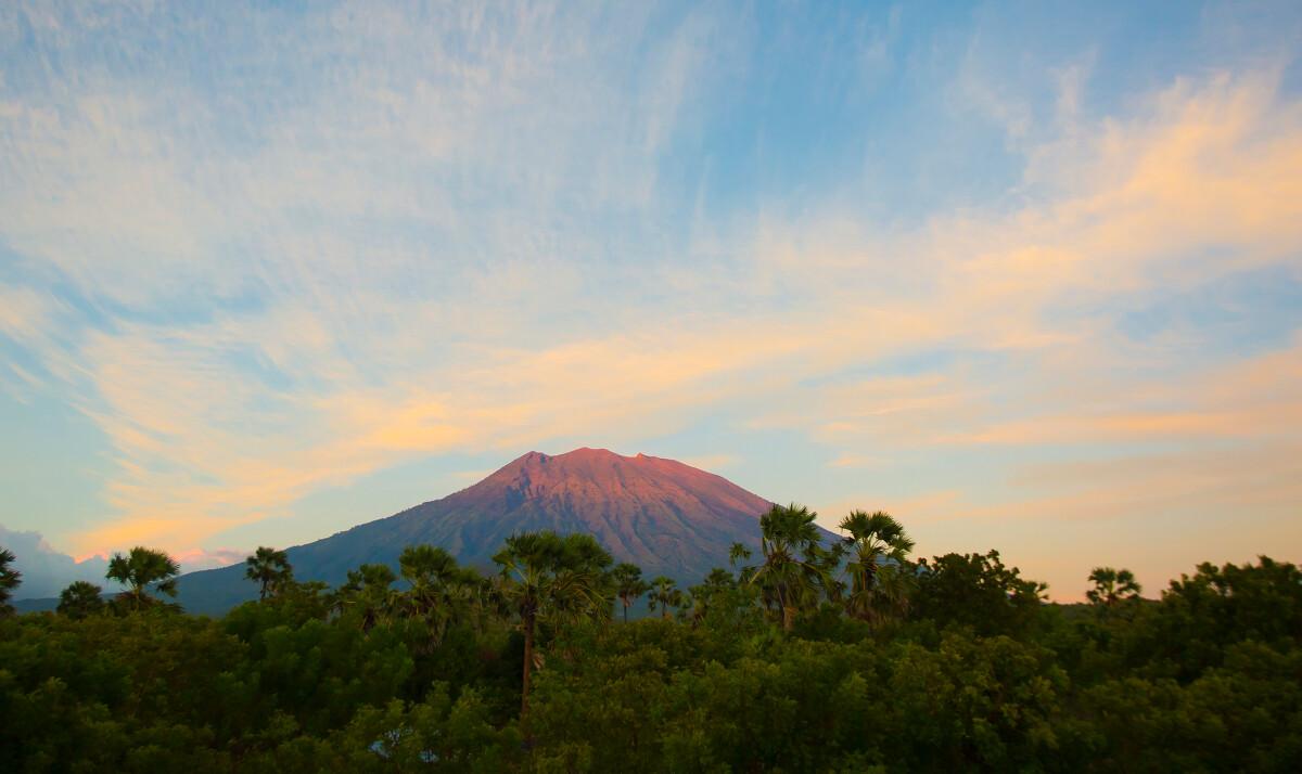 拔3142米 阿贡火山 ,1963年该火山曾喷