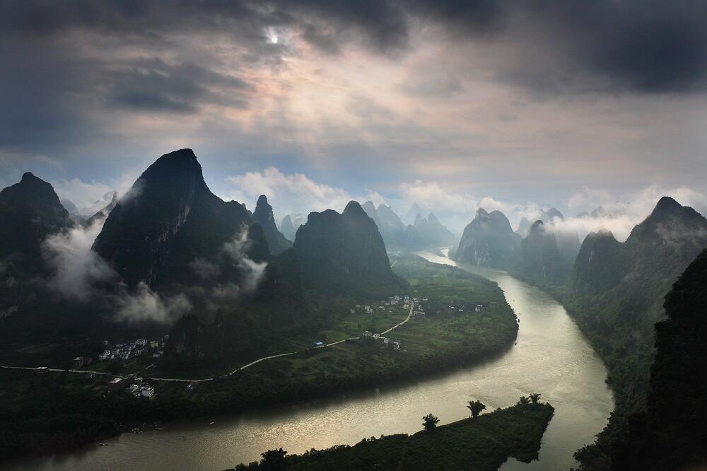 相公山位于广西桂林市阳朔县兴坪镇境内的漓江西岸,在黄布滩和九马画图片