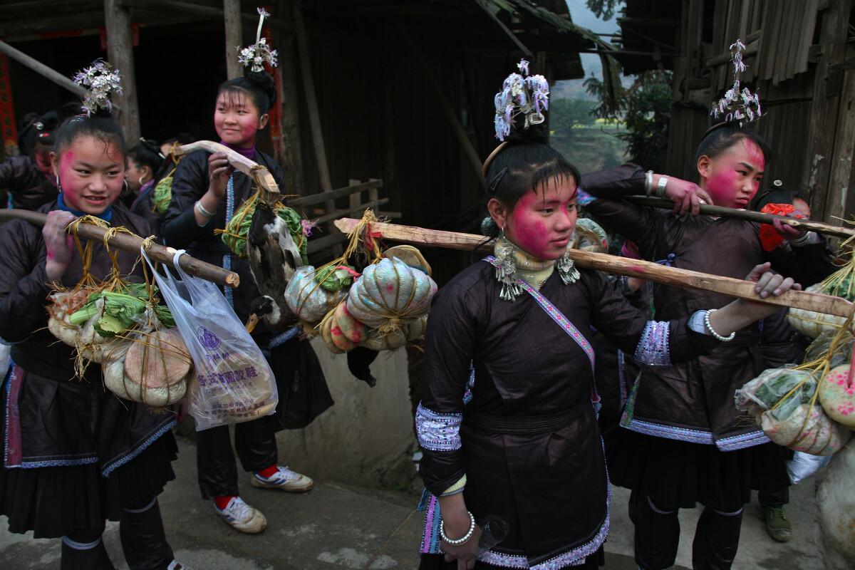 彭年/贵州省黔东南侗族同胞过年都有涂抹红脸走亲戚的习俗,寓意新年...