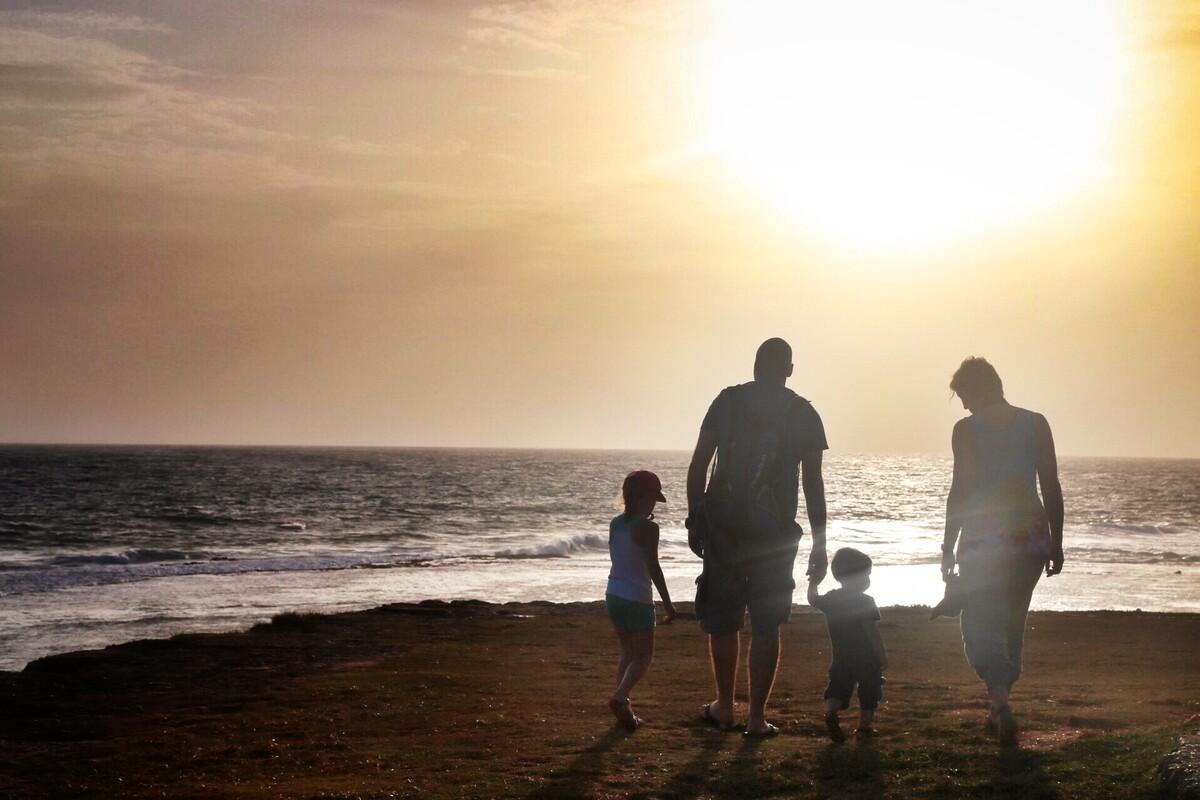 一家人正漫步海边