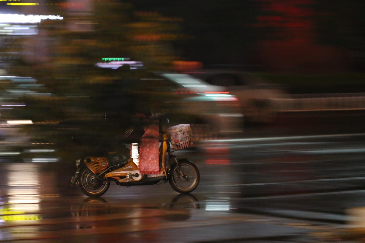 骑电动车的主义-人像,极简女孩,佳,女生,C带字头像纪实黑色图片