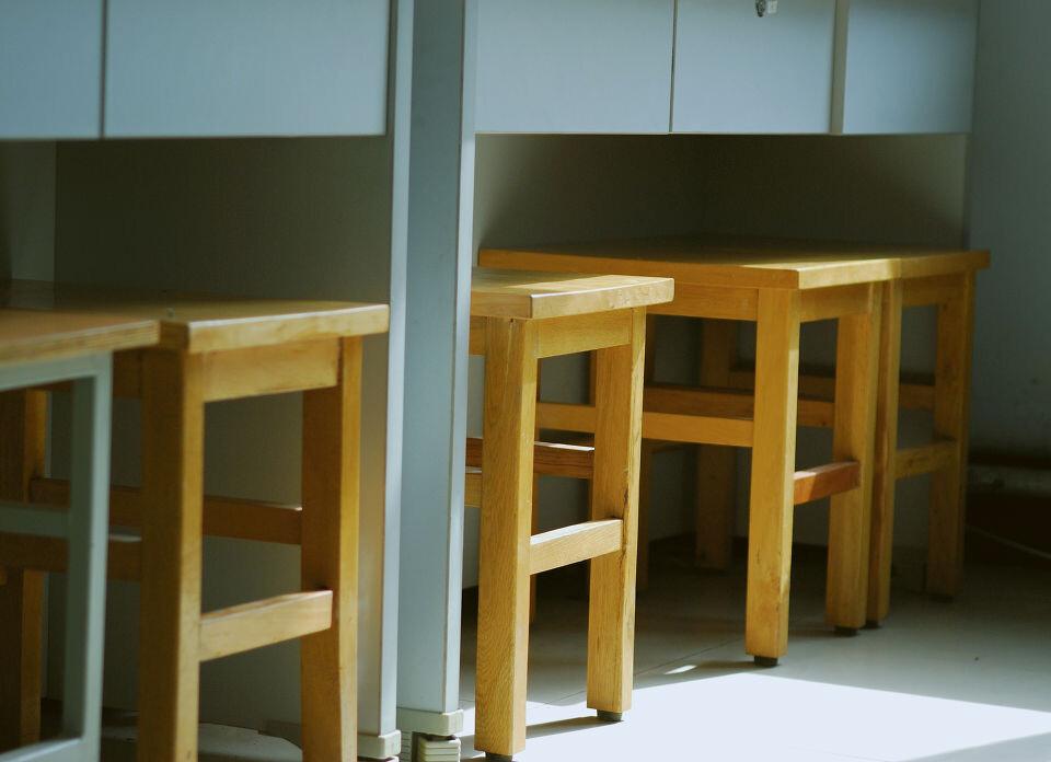 那些上課的年齡,趴在 桌子上面 ,呆呆的看著 只