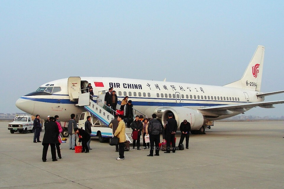 在青岛流亭机场接国航的飞机是在那个地方接机?